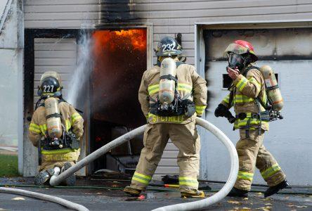 Un garage détruit par les flammes (photos et vidéo)
