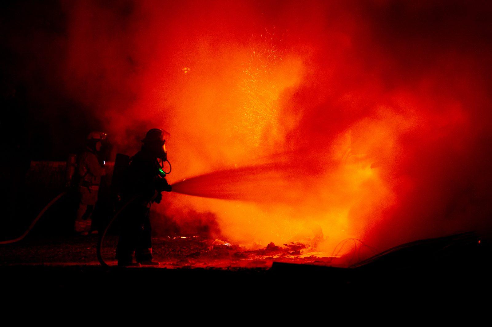 Une réserve de foin part en fumée (photos et vidéo)