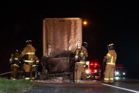 Un poids lourd s'enflamme sur l'autoroute (photos et vidéo)
