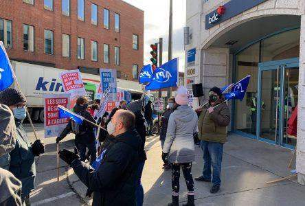 Des travailleurs de la santé manifestent devant le bureau du ministre Jean Boulet