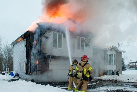 Des cendres chaudes provoquent un incendie à Saint-Cyrille (mise à jour)