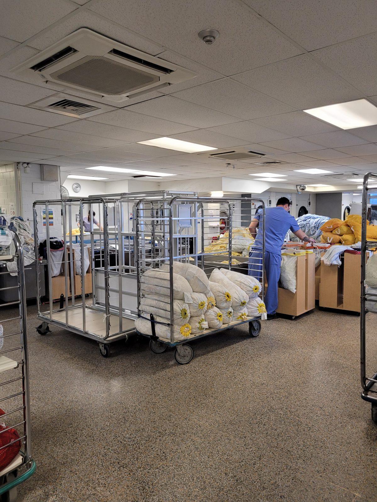 Mission : laver plus de 10 000 jaquettes de contagion par jour