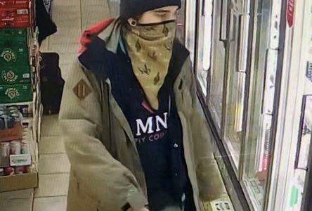 Vol et fraude : la Sûreté du Québec recherche un suspect