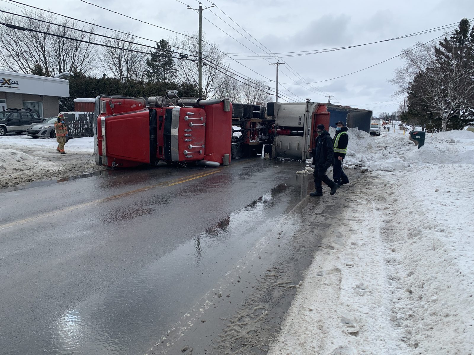 Un camion chargé de neige se renverse à Saint-Germain