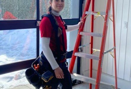Une électricienne de 20 ans fait sa place dans un milieu d'hommes