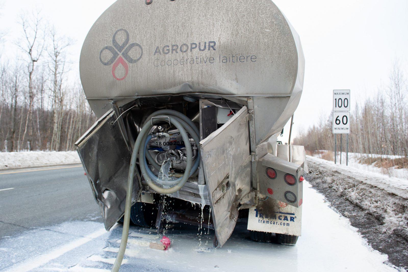 Des milliers de litres de lait déversés sur l'autoroute 55