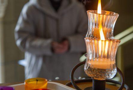 Un temps de recueillement à la mémoire des victimes de la pandémie (vidéo)