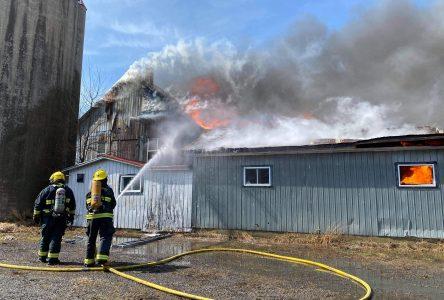 Un bâtiment commercial en feu à Wickham