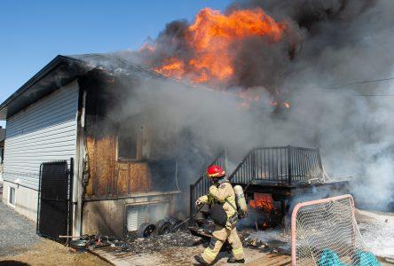 Une maison détruite par un violent incendie (mise à jour)