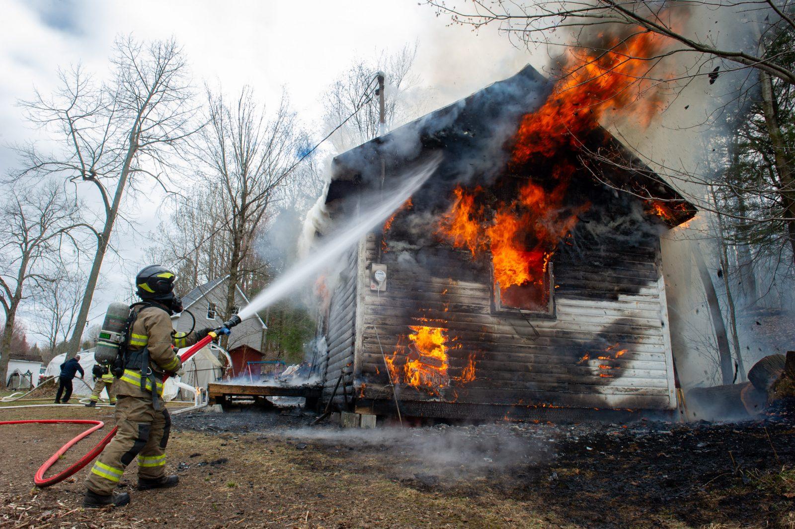 Un petit chalet détruit par les flammes (photos et vidéo)