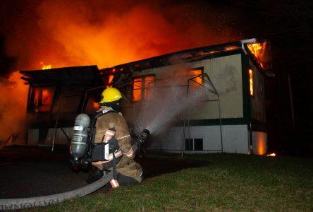 Une résidence rasée par les flammes (photos et vidéo)