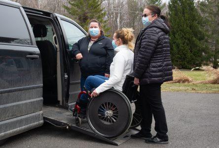 Deux ergothérapeutes planchent sur un projet de véhicule à partager