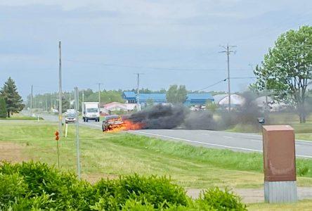 Un véhicule en feu sur la route 122 (photo et vidéo)