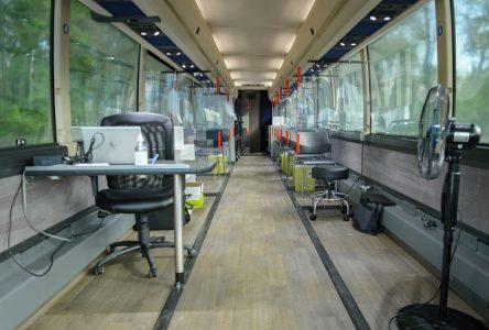 La clinique mobile de vaccination est garée au skatepark