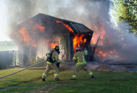 Un garage résidentiel rasé par les flammes (photos et vidéo)