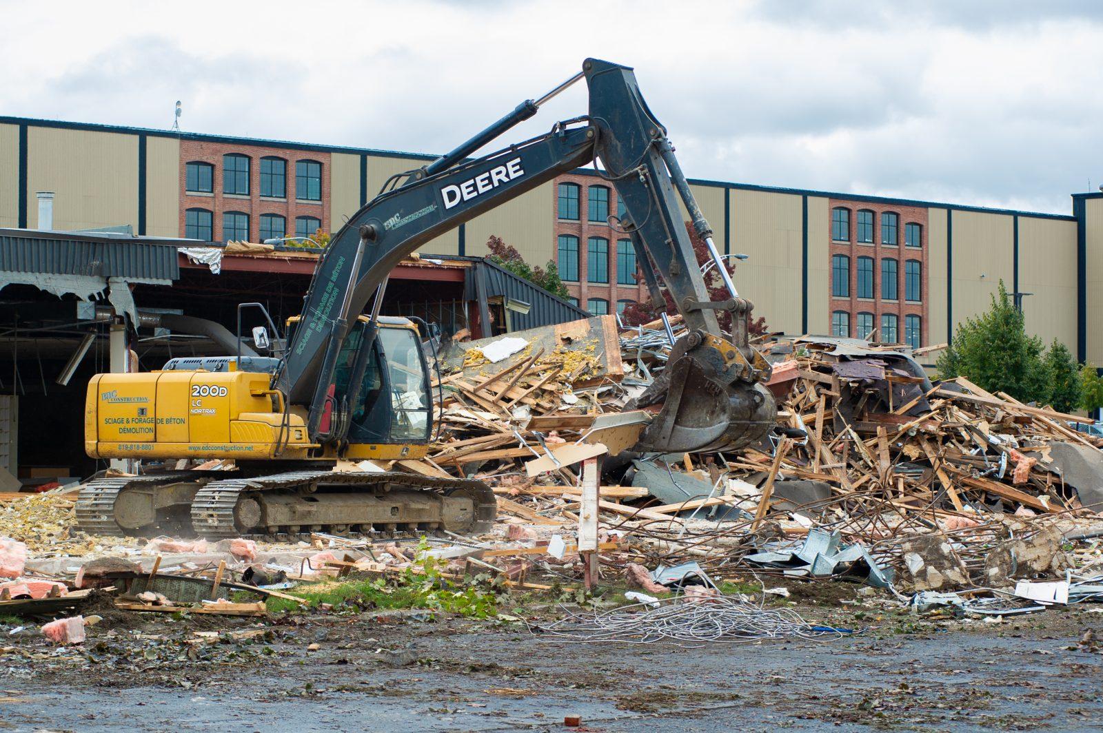 L'ancienne bibliothèque passe sous le pic des démolisseurs (photos et vidéo)