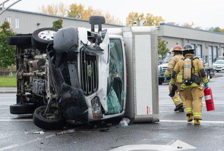 Un camion cube se renverse à la suite d'un accident